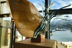 Utsmykkingsoppdrag for Kræmer Eiendom AS, kuratert av KsN ved Kristin Josefine Solstad. Skulptur av Bjørn Elvenes, båtkonstruksjon i abstrakt utforming, i lerk og metall montert på påler av snekkerverkstedet Ekte 2018