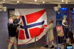 Fra avdukingen av verket  Slaget ved Pølsehavna Avduker Halvard Birkeland og kurator Kristin Josefine Solstad Jubileumsutstilling Synvis Glinn Nordin