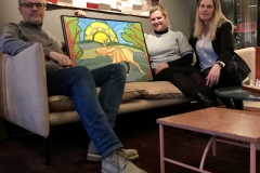 Kunst-og-Interiør-KsN-i-samarbeid-med-Senab-Eikeland-Fra-venstre-kunstner-Kai-Mørk-Mortensen-Regional-salgsleder-Katharina-Torheim-og-Interiørdesigner-Ida-Rørvik-Våren-2020