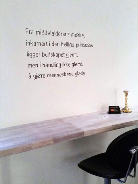 Versetekst utstilling. 1 av 40 tekster vist her. Permanent på vegg av Kristin Josefine Solstad i regi av Kunstsentralennord på St. Elisabeth hotell og helsehus.