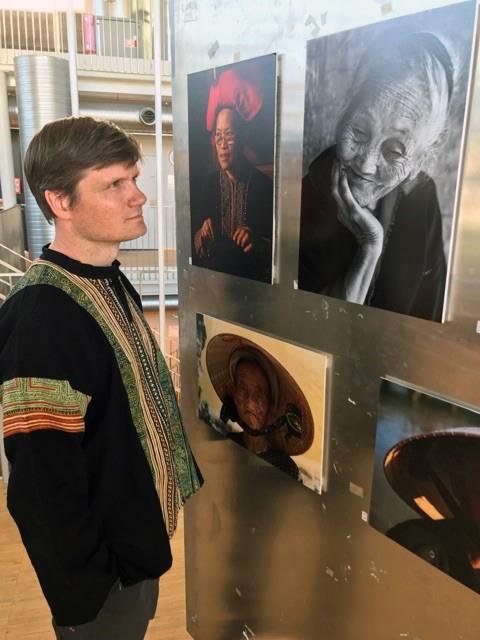 Kunstner Kenneth O Skulbru» og utsnitt av utstillingen «Livet og naturen» i regi KsN. Tromsø Bibliotek, 2017.